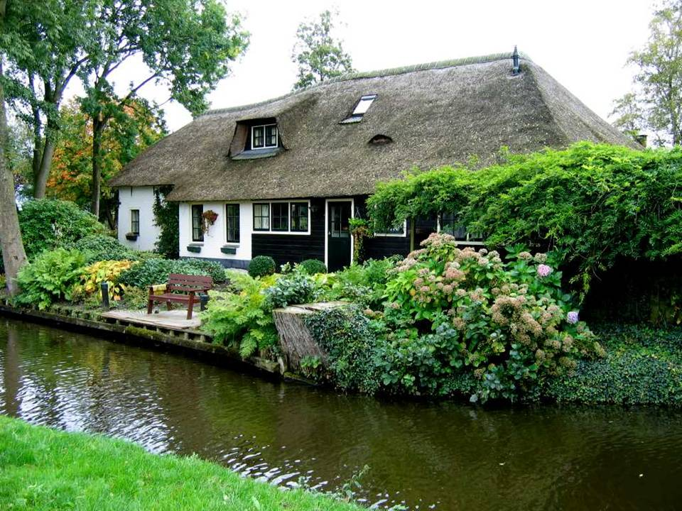 Lollitop giethoorn holland village without streets for Farm house netherlands